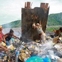 "Foto: United Nations Photo: Women and Children Search for Cans to Sell (<a href=""https://creativecommons.org/licenses/by-nc-nd/2.0/"">CC BY-NC-ND 2.0</a>)"